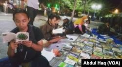 Lapak buku yang disediakan Komunitas Vespa Literasi, di alun-alun Probolinggo, Jawa Timur. (Foto:VOA/ Abdul Haq)