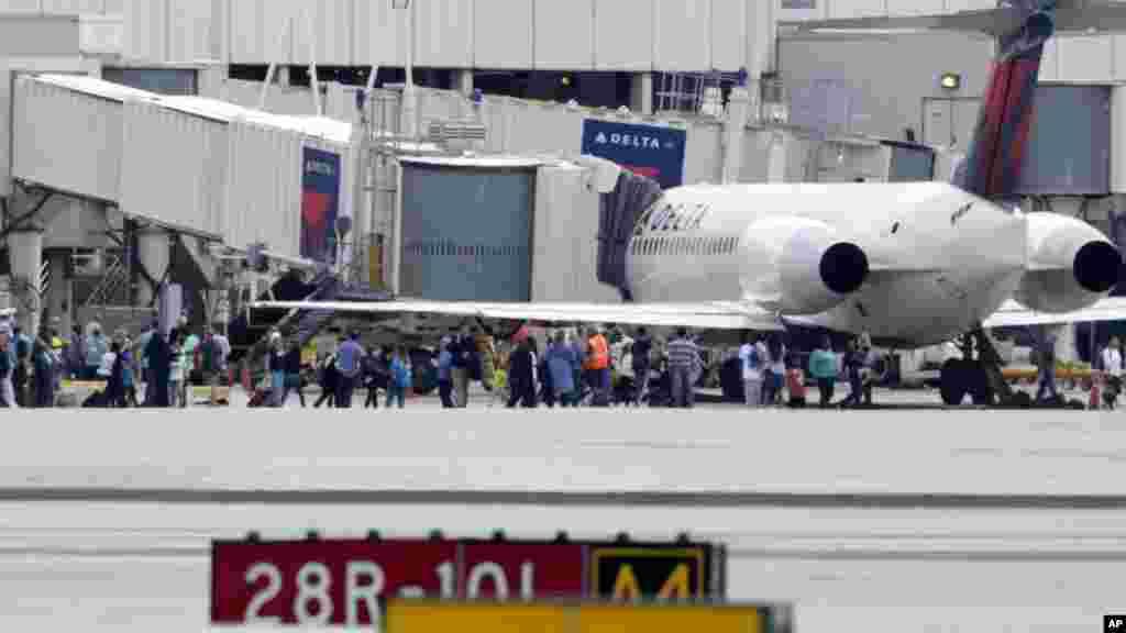 Les passagers sont évacués du terminal après des tirs à l'aéroport international de Fort Lauderdale Floride, le 6 janvier 2017.
