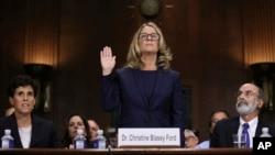 Christine Blasey Ford bën betimin para dëshmisë në Komisionin Juridik të Senatit.