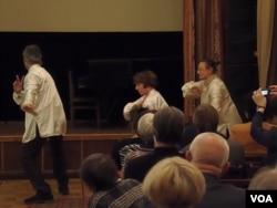 俄罗斯人现在把中国看成是最友好国家,但这种看法能持续多久?在莫斯科的一次介绍中国古代诗歌文化的活动中,俄罗斯人表演太极拳。