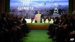 Presiden Perancis, Francois Hollande memberikan pidato di hadapan para delegasi COP21 di Paris, Jumat (4/12).