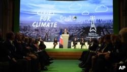 法國總統奧朗德在其中一個會議上演講