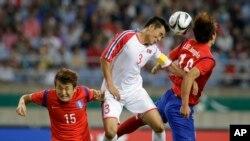 2일 인천 아시안게임 남자 축구 결승전 경기에서 한국의 이정호(오른쪽) 선수와 북한의 장성혁 선수가 공중에 뜬 공을 잡아내기 위해 뛰어올랐다.