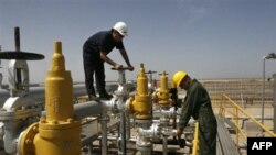 Radnici u iranskoj rafineriji Azadegan, nekih 800 kilometara jugozapdno od Teherana