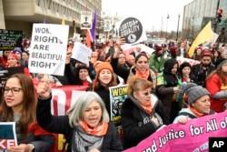 지난해 1월 '여성 행진' 행사에 참여한 여성들이 미국 워싱턴에서 행진하고 있다.