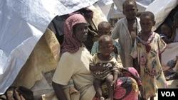 Warga Somalia yang mengungsi akibat kelaparan karena bencana kekeringan, tinggal di tenda-tenda sementara di ibukota Mogadishu (22/7). Militan Somalia menuduh PBB membesar-besarkan bencana ini.