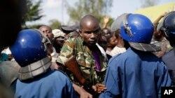 Un soldat force un cordon de police, alors que les manifestants sont une nouvelle fois descendus dans la rue dans le quartier de Musaga, Bujumbura, 11 mai 2015
