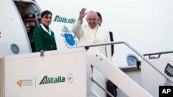 12일 프란치스코 로마 카톨릭 교황이 로마 공항에서 멕시코행 비행기에 오르면서 손을 흔들고 있다.