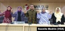 Komisioner Bawaslu Muhammad Afifuddin saat berdiskusi dengan sejumlah aktivis perempuan di kantor Bawaslu, Jakarta, Rabu, 24 April 2019. (Foto: Sasmito Madrim/VOA)