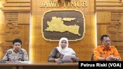 Gubernur Jawa Timur Khofifah Indar Parawansa memberikan keterangan pers terkait perkembangan penanganan virus corona di Jawa Timur. (Foto: VOA/Petrus Riski)