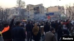 Masyarakat berdemonstrasi di Tehran, Iran, 30 Desember 2017, dalam sebuah gambar video yang diperoleh Reuters.