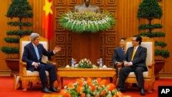 AQSh Davlat kotibi Jon Kerri (chapda) Vyetnam Bosh vaziri Nguyen Tan Dung bilan, Xanoy, 16-dekabr, 2013-yil.