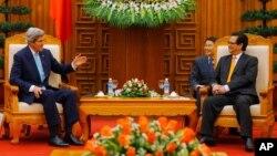 베트남을 방문한 존 케리 미국 국무장관(왼쪽)이 16일 하노이에서 응웬 떤 중 베트남 총리와 회담했다.