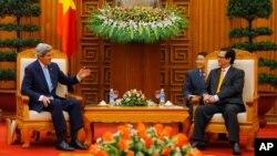 Ngoại trưởng Mỹ John Kerry gặp Thủ tướng Việt Nam Nguyễn Tấn Dũng tại Hà Nội, ngày 16/12/2013.