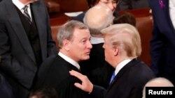 Prezidan ameriken an Donald Trump (adwat) kap pale ak Jij Kou Siprèm John Roberts,