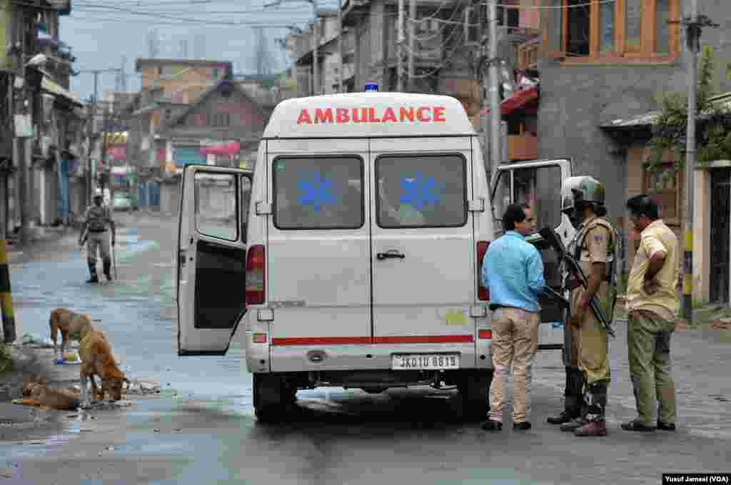 برہان وانی کی ہلاکت کے بعد مختلف علاقوں میں ہونے والے مظاہروں کے دوران لوگوں کی پولیس اور سکیورٹی فورسز سے جھڑپیں بھی ہوئیں۔