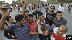 2月18日一名受伤的反政府示威者被送往医院