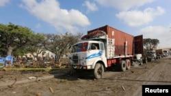 موغادیشو کی بندرگاہ پر ٹرک بم دھماکے کے بعد ٹرالے اور ٹرک کھڑے ہیں۔ 11 دسمبر 2016