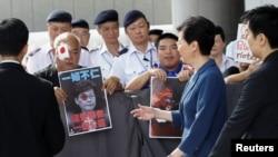 香港特首林鄭月娥2019年8月13日在其辦公室外與反送中抗議者相遇。