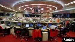 Suasana di Bursa Saham Hong Kong.