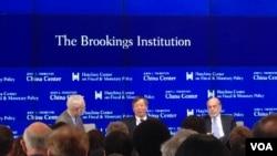 2016年4月14日,中國央行副行長易綱(中)和前美聯儲主席伯南克(右)在華盛頓布魯金斯學會談中國和全球經濟問題。(美國之音莫雨拍攝)