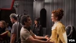 "Julia Roberts y el director Tarsem Singh en el set de ""Mirror Mirror"" (Foto de Jan Thijs– ©2012 Relativity Media, LLC)"