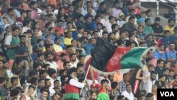 شمار زیادی از افغان های ساکن در هند، در کنار هندی ها و بنگله دیشی ها برای تماشای این رقابت به میدان کرکت دیرادون هند آمده بودند.