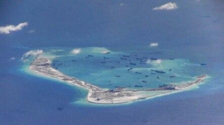 美国海军P-8A海神侦察机2015年5月21日在有争议的斯普拉特利群岛(南沙群岛)的美济礁上空拍摄到的数艘中国挖沙船。