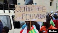 Un Togolais demande au pouvoir de partir lors d'un rassemblement à Lomé, Togo, le 7 septembre 2017.