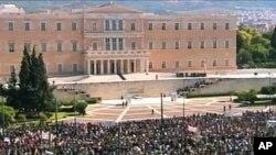Plus de cent mille manifestants devant le parlement à Athènes.