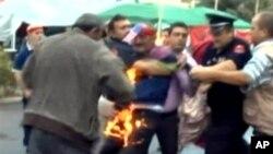 Gjergj Ndreca, 1 cựu tù nhân chính trị, tự thiêu để phản đối việc chính phủ trì hoãn trả tiền bồi thường cho những nạn nhân của chính phủ cộng sản, ở Tirana, Albania, 8/10/2012