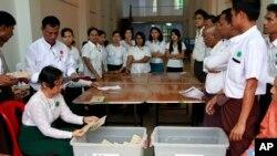 မဲရံုဝန္ထမ္းမ်ား မဲေရတြက္ေနစဥ္။ (ဧၿပီ-၂၀၁၂)