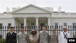 """Obama meminta kepada MA Amerika agar peraturan """"jangan tanya dan jangan beritahu"""" tetap diberlakukan terhadap kaum gay dalam angkatan bersenjata"""