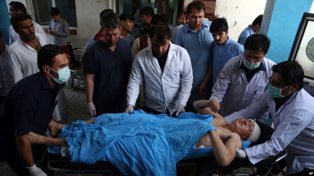 En Kabul, un atacante suicida cometió un atentado contra estudiantes universitarios en un vecindario chiita matando a una persona y dejando 12 heridos.