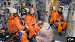 Los astronautas Tim Kopra, Dave Wolf y Tom Marshburn se preparan para esta misión espacial.
