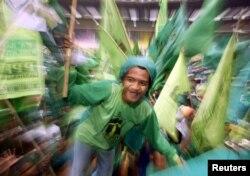 Seorang pendukung Partai Persatuan Pembangunan (PPP) mengikuti pawai kampanye pemilu 2004 di Jakarta, 27 Maret 2004.