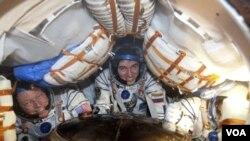 Los astronautas, Sergei Volkov de Rusia, Satoshi Furukawa de Japón y Michael Fossum de Estados Unidos aterrizaron en Arkalyk, al norte de Kazajstán.