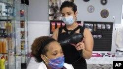 Beberapa bisnis mulai buka kembali termasuk salon kecantikan di Savannah, negara bagian Georgia ini (24/4).
