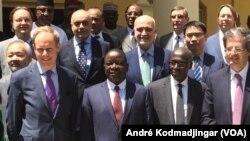 De gauche à droite l'ambassadeur Britannique Matthew Rycroft, le premier ministre tchadien Pahimi Padacket Albert, l'ambassadeur sénégalais Fodé Seck et l'ambassadeur français François Delattre à N'Djamena, Tchad, 4 mars 2017. (VOA/André Kodmadjingar)