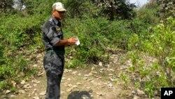 Nhân viên an ninh điều tra nơi xảy ra vụ cưỡng hiếp