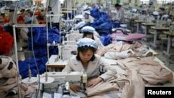 지난 19일 북한 개성공단 내 한국 기업에서 북한 근로자들이 일하고 있다. (자료사진)