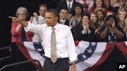 奥巴马总统在北卡州立大学讲话期间手指听众