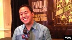 Pandji Pragiwaksono diwawancarai VOA usai tampil di San Francisco hari Minggu (4/9) (foto: VOA/Vina).