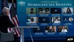 Presiden AS Joe Biden mendengarkan pengarahan virtual tentang Badai Ida dari kampus Gedung Putih 30 Agustus 2021, di Washington. (Foto: AFP