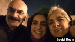 ارس امیری(وسط)، دانشجوی ایرانی مقیم بریتانیا پس از آزادی از زندان