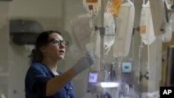 Las largas jornadas de los enfermeros y doctores son una de las causas de algunos errores médicos que podrían afectar la salud de sus pacientes.