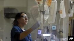 Seorang perawat memeriksa pasien di unit perawatan intensif di Emory University Hospital di Atlanta, Georgia (foto: dok).