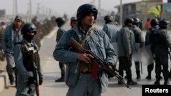 Polisi Afghanistan melakukan penjagaan keamanan dalam aksi unjuk rasa di Kabul (foto: dok).
