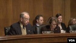 2016年2月2日,参议院就EB-5投资移民项目举行听证。这是格拉斯里参议员(左)和范斯坦参议员(右)在听证会上。(美国之音常晓拍摄)
