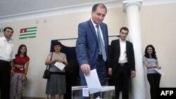 Голосует один из кандидатов на президентских выборах в Абхазии Сергей Шамба. Сухуми. 26 августа 2011 г.